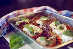 长柄浅锅用红色辣椒粉/胡椒和山羊乳干酪 免版税库存图片