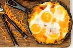 长柄浅锅被烘烤的鸡蛋和香肠用乳酪 库存照片