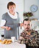 年长母亲教她的儿子 免版税库存图片