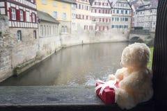 长毛绒玩具和礼物在德国镇 免版税库存图片