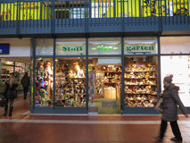 长毛绒与长毛绒动物的玩具店在显示在汉堡 免版税库存图片