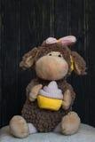 长毛绒猴子玩具坐白色枕头 库存照片