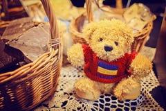 长毛绒玩具玩具熊用巧克力 免版税库存照片