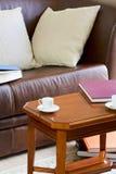 长沙发和咖啡桌 免版税库存照片
