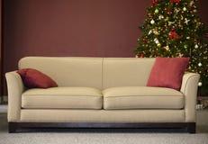 长沙发和圣诞树 免版税图库摄影
