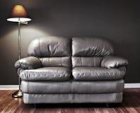 长沙发和灯 免版税库存照片