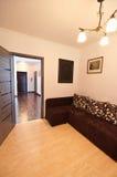 长沙发在一间现代卧室 库存照片