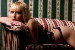长沙发妇女 免版税库存图片