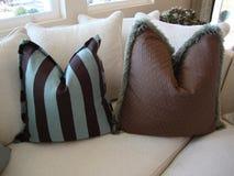 长沙发把沙发枕在 免版税库存照片