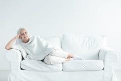 长沙发的乳腺癌幸存者 库存照片