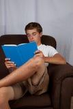 长沙发的十几岁的男孩 免版税库存照片