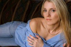 长沙发的四金发碧眼的女人 免版税图库摄影