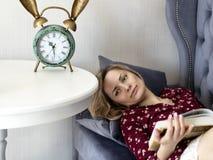 长沙发的妇女在屋子里 免版税图库摄影