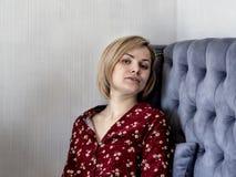 长沙发的妇女在屋子里 库存图片