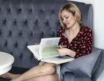 长沙发的妇女在屋子里 免版税库存照片