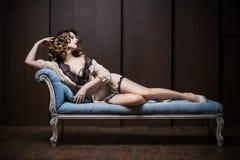 长沙发的性感的妇女 免版税库存照片