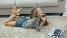 长沙发的愉快的青少年的女孩使用膝上型计算机 steadicam射击 影视素材
