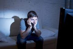 长沙发的电视上瘾者在家看电视的给催眠 免版税库存照片