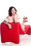 长沙发逗人喜爱的女孩针姿势红色 免版税库存照片