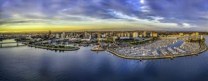 长滩加利福尼亚和小游艇船坞的一张鸟瞰图 免版税库存照片