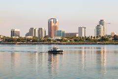 长滩港口警察巡逻长滩港口在黎明 库存图片