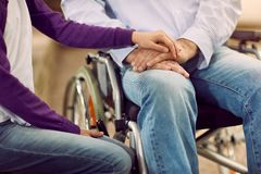 年长生活方式-帮助残疾的关心 库存照片