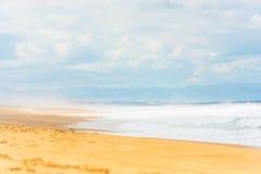 长的与海浪的沙子大西洋海滩 免版税图库摄影