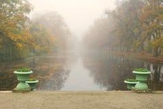 长的公园池塘在有雾的秋天早晨 免版税库存图片