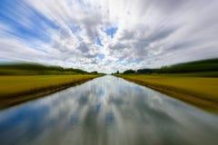 长的农村运河 免版税库存照片
