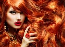 长的卷曲红色头发 免版税库存图片
