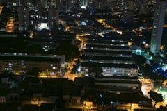 长的发光在夜期间的大厦和房子曝光鸟瞰图  免版税图库摄影