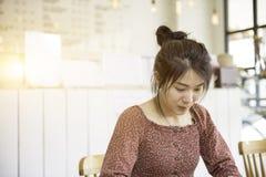 长的在便服看看的头发亚洲美丽的女孩礼服somt 免版税库存照片