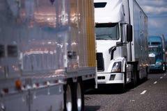 长的大半船具卡车和拖车在路护航 免版税库存照片