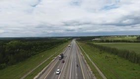 长的宽路美好的寄生虫视图有汽车的,乡区的大绿色领域 股票视频