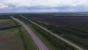 长的宽路美好的风景有汽车的,乡区的大绿色领域 股票录像