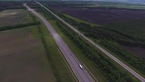 长的宽路,汽车,大绿色领域引人入胜的风景在乡区 股票视频