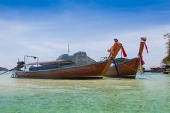 长的小船和热带海滩,安达曼海,泰国 免版税图库摄影