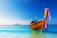 长的小船和热带海滩,安达曼海 免版税库存图片