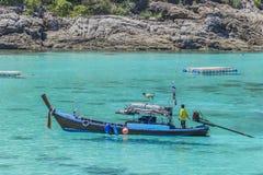 长的小船和热带海滩,安达曼海 免版税图库摄影
