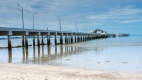 长的小船船坞和海 免版税库存照片