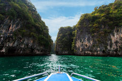 长的小船,在酸值洪的岩石在Krabi 库存照片