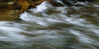 长的山快门速度流水 免版税库存照片
