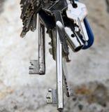 长的打开门锁的钥匙和其他钥匙 免版税库存图片
