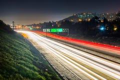 长的曝光加利福尼亚路线125在晚上,在拉梅萨,卡利 免版税图库摄影