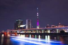长的曝光在夜东京Skytree 库存照片