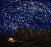 长的曝光星足迹在约书亚树国家公园 免版税库存照片