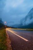 长的曝光汽车光和湿柏油路 免版税图库摄影