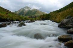 长的曝光风景mountaiin河和英王乔治一世至三世时期村庄Ushguli 库存图片