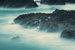 长的曝光,给飘渺神色岩石在Kynance小海湾,康沃尔郡 图库摄影