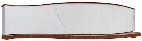 长的有依据的曲线白色墙壁从红色花岗岩块 免版税库存图片